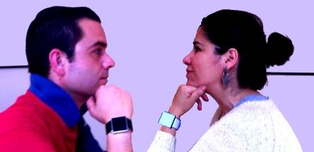 Virginia del Barco y Manuel Espejo con sus relojes de muñeca qlocktwo W